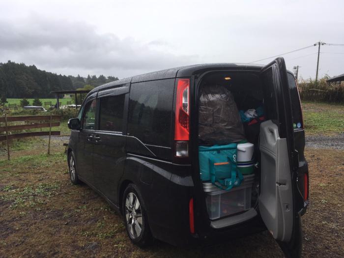 キャンプ道具が乗せられたワゴン車