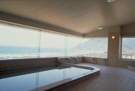 海の見える屋内温泉の写真