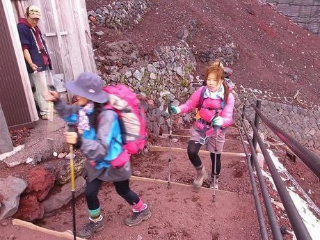 ストックを使い階段を上がる女性