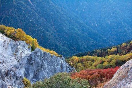 岩山に映る紅葉の写真