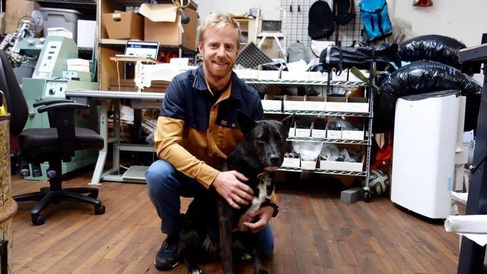 ブランドを立ち上げたルーク・マザーズとその犬の写真
