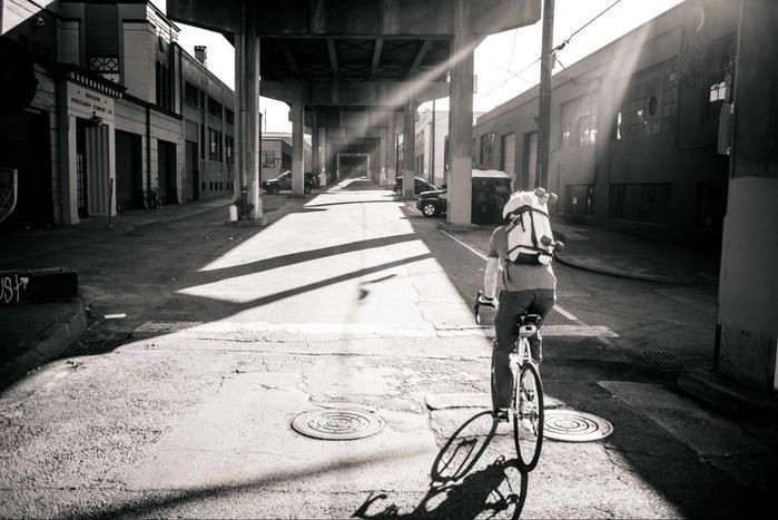 自転車に乗り背負っている様子