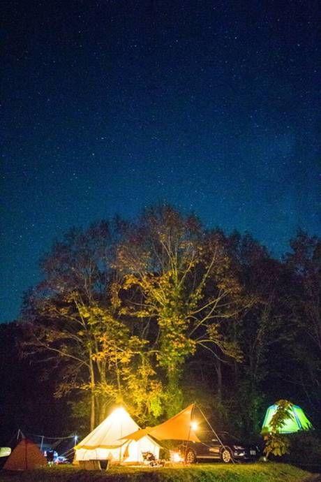 星空の下でのキャンプの様子