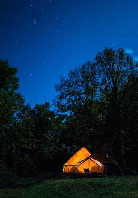 星空の下で明かりの灯るテント