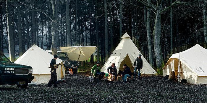 ノルディスクのテントでキャンプをする人々