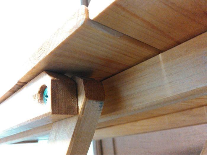 机の脚の摩擦緩和のためのカットの様子