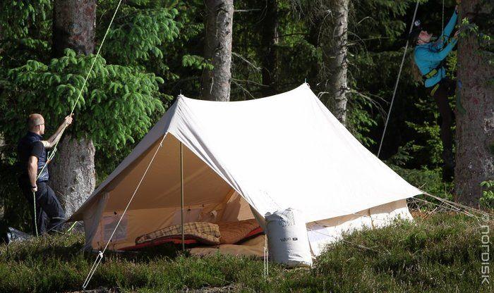 テントを設営している様子