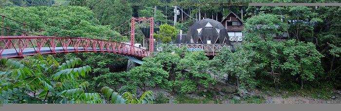 どーむびれっじキャンプ場の橋とドーム