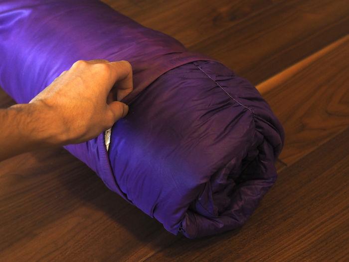 小さく丸めた寝袋