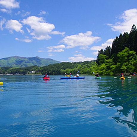 田沢湖キャンプ場の湖でカヌーをしている人たち