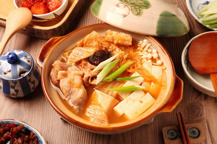 様々な食材の入ったキムチ鍋