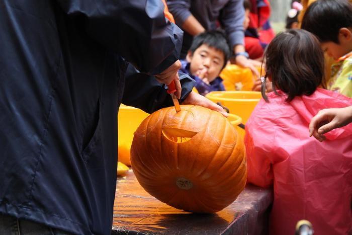 かぼちゃの顔を掘っている人