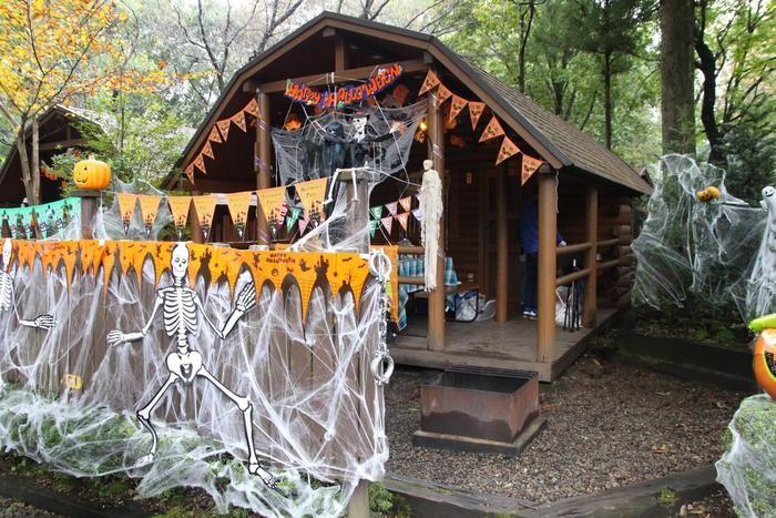 ハロウィンの飾り付けがされたテントサイトや周りの木々