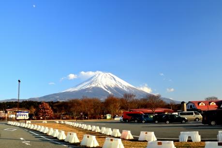 富士山を背景にした駐車場
