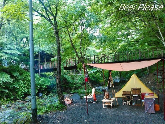 川岸でのキャンプの様子