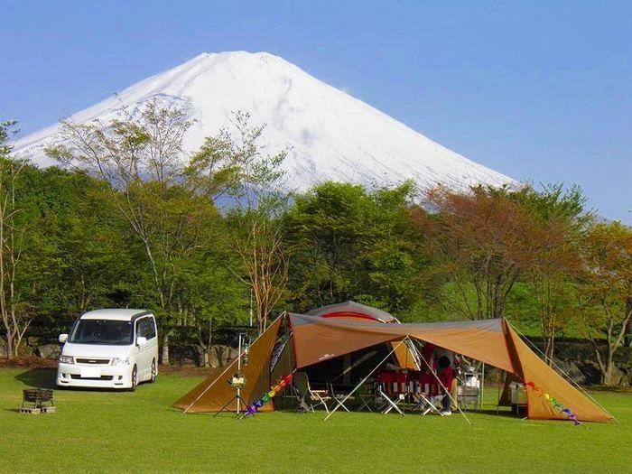 富士山を背にしたやまぼうしキャンプ場でのキャンプの様子