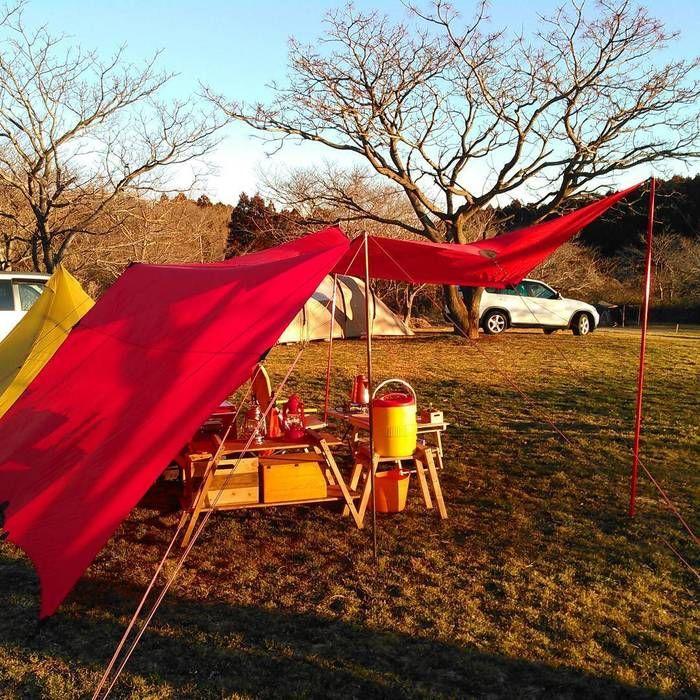 タープとテントを使ったキャンプの様子
