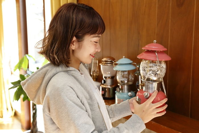 ピンクのランプを持つ女性