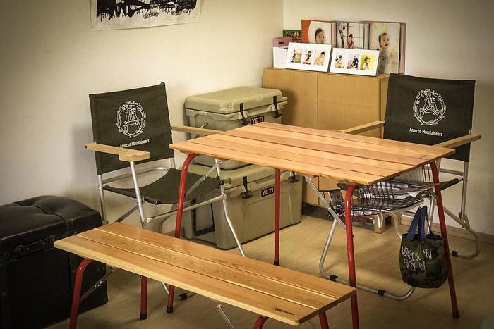 家の中で使われているキャンプ用の机や椅子