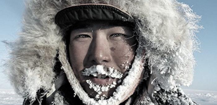 ポールワーズを着た顔に雪が付いている男性