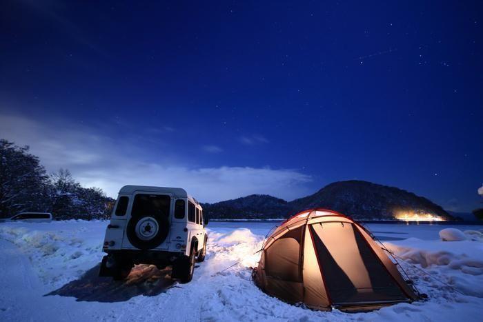 夜の雪上キャンプの様子