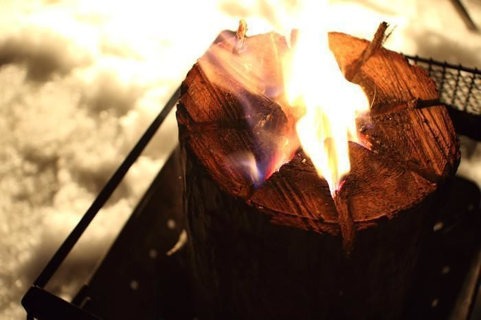 雪上キャンプで火を炊いている様子