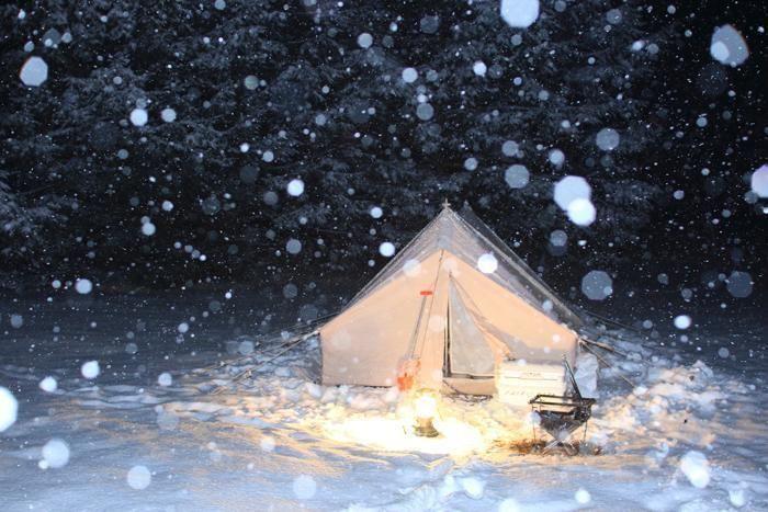 雪が降る中の雪上キャンプの様子