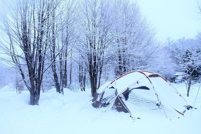 テントに雪が積もった様子