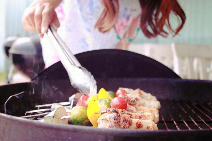 串で食材を焼いているバーベキューの様子
