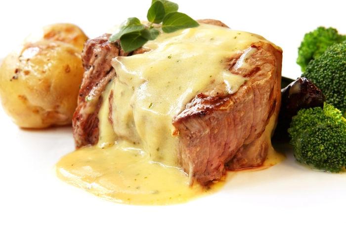 ベアルネーズソースをかけたフレンチのお肉料理