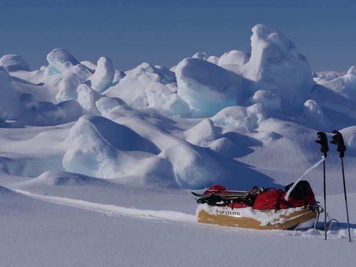 雪の中に置かれたポールワーズのソリとステッキ