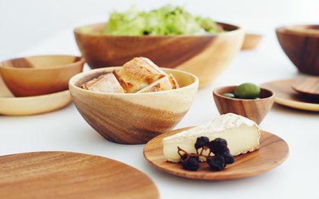 無印良品の木製の食器に盛り付けられた食事