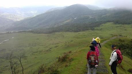冬山を列になってハイキングする人々