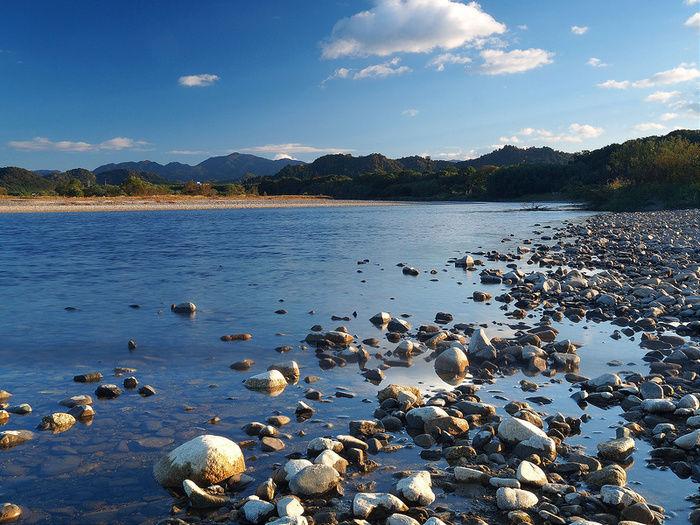岸に石が広がる川