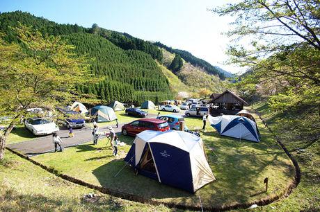 みつえ青少年旅行村川遊び場でテントを張りキャンプをする様子