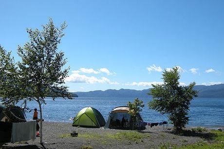 湖の前のキャンプサイト