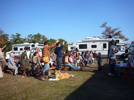 九十九里浜シーサイドオートキャンプ場で大人数でキャンプをする様子