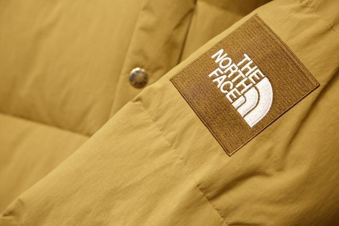 袖のノース・フェイスのロゴ