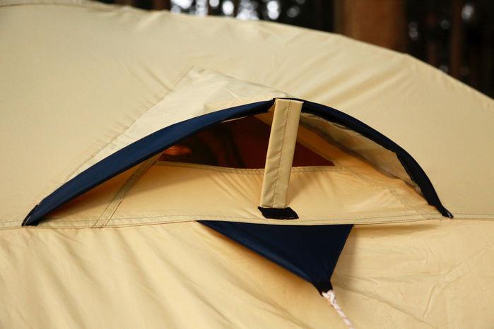 テント上部ベンチレーションを開けているところ