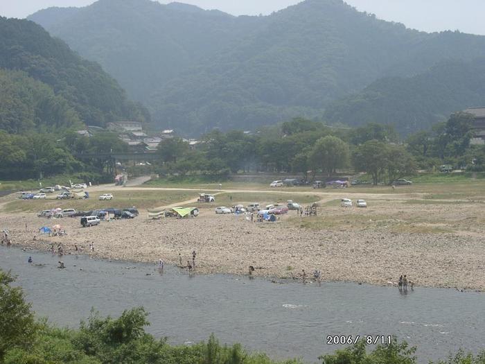 笠置キャンプ場の川辺のキャンプサイト