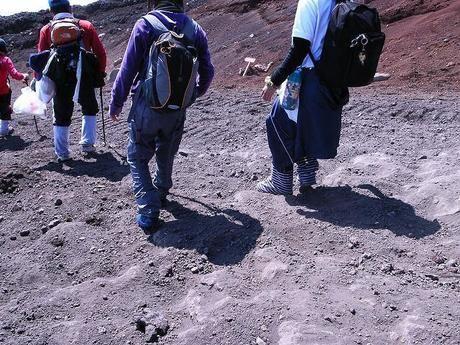 砂利道を下山する様子