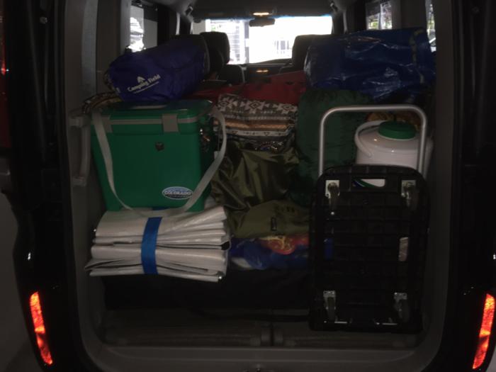 荷物が車に積み込まれた様子