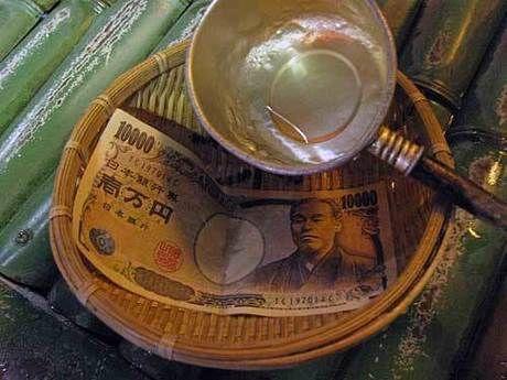 銭洗弁天で一万円札を洗う様子