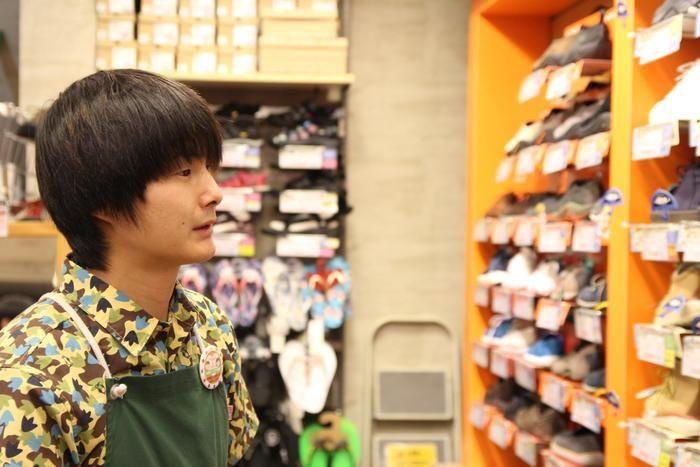 靴の棚を眺める佐藤さん