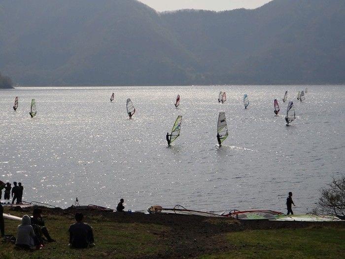 湖に浮かぶたくさんのウィンドサーフィン