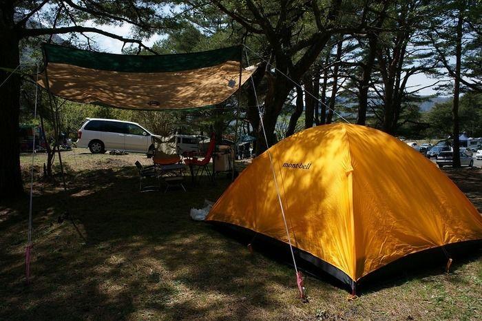 フリーサイトに張られたテントとタープ