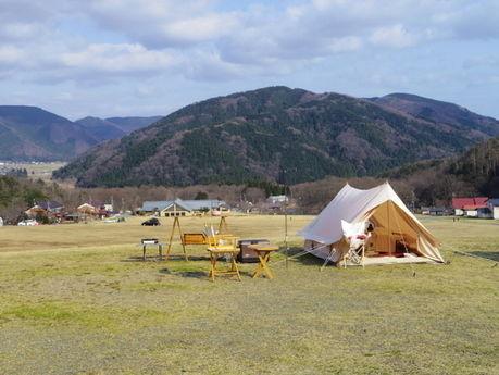 マキノ高原キャンプ場 山をバックに張られたテント