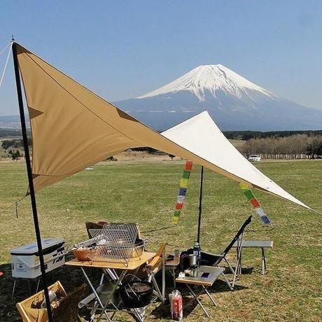 富士山を臨むキャンプ場に張られたタープ