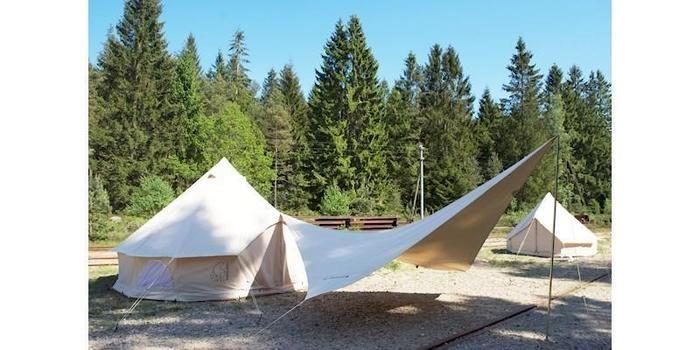 テントと組み合わせて張られたタープ