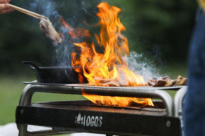 豪快に肉を焼く様子